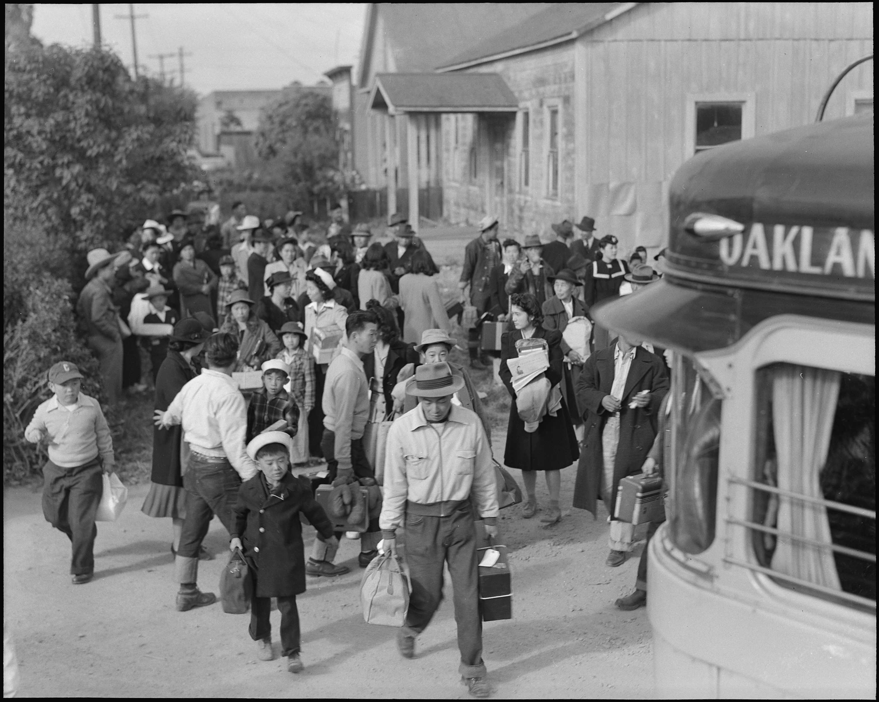 centerville_california-_the_bus_has_just_arrived_and_these_farm_families_of_japanese_ancestry_are_-_-_-_-_nara_-_537582